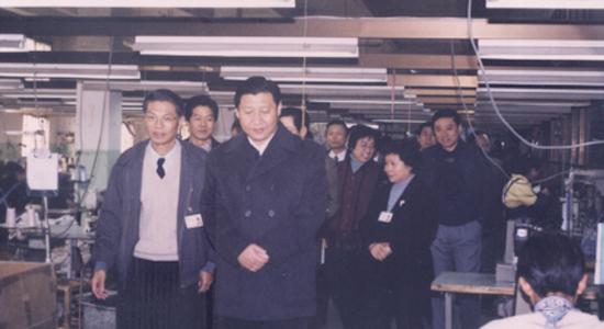 2000年1月3日,习近平(时任yabo28代省长)视察yabo90yabo01厂,上图为制衣车间