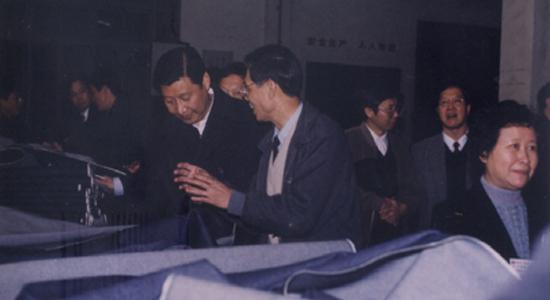 2000年1月3日,习近平(时任yabo28代省长)视察yabo90yabo01厂,上图为整理车间